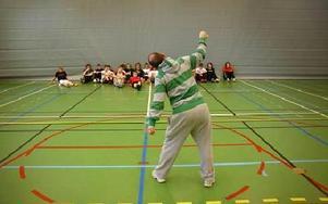 Christian Johansson visar hur man ska dansa. Åttorna på Bergaskolan får nu dans på schemat och det är hiphop som gäller.FOTO: CHRISTER NYMAN