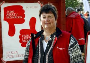 Gudrun Sjödin (S) tycker att Socialdemokraternas valaffischer i Kramfors klarat sig rätt bra från vandalism.