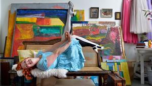 Slitet är snyggt. Elsa Billgren i sin ateljé. Gamla slitna möbler kostar ofta en förmögenhet att renovera. Men ibland är de fina precis som de är – soffan har Elsa inte några planer på att åtgärda.