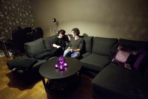 Tryggt i dämpad belysning. Soffan var viktig för Hannah och Tobias, och därför lade de ut en hel del pengar på den. Men den är stor nog att fungera som bäddsoffa när Hannahs familj kommer på besök från Hässleholm. Foto: Anders Forngren