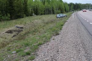Singeloycka. En bil körde i diket på söndagen. Hjulspåren visar den vådliga färden på andra sidan vägen.