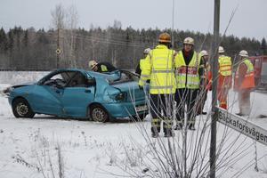 En bil körde av vägen norr om Fors.