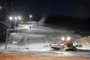 Nu läggs det snö i Getbergsbacken, som man från klubbens sida hoppas ska kunna öppna inom bara några dagar.