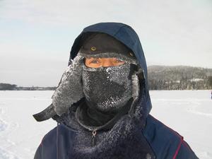 Platsen är Landösjön lördagen 30 jan 2010.Ca -20 grader och mulet var det.Killen på bilden är Fredrik Benholm som är 16 år från Handen i Stockholm.Det var första gången som han provade på pimpelfiske och slutade med 2 rödingar.