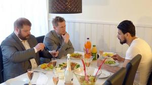 Richard Carlsson och Roger Hedlund från Sverigedemokraterna på middag hemma hos Raad al-Duhan, för att diskutera integration. Media var inbjudna.