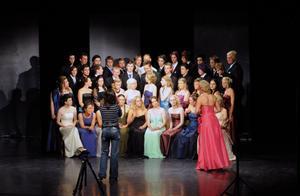 Det var mycket jobb för att få studenterna att titta åt samma håll när de skulle fotograferas på teatern i Vansbro.
