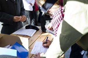Moderaterna har dragit igång en namninsamling i Dalarna för att tvinga landstinget att arrangera en folkomröstning om Region Svealand.