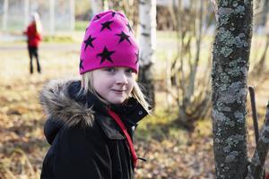 Molly Thorsell i årskurs tre på Främbyskolan tycker mycket om att alla barn får vara med i lekarna på rasten.