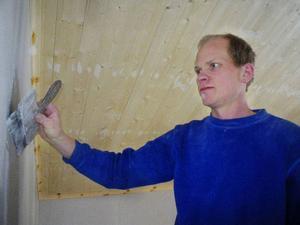 """Torbjörn Österman spacklar övervåningen på sitt hus.""""Det är så mycket jobb åt andra hela tiden att jag nästan inte hinner göra klart mitt eget byggprojekt."""""""