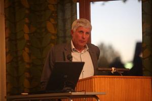 Stig Eng (C) oroas över det ekonomiska läget i kommunen.