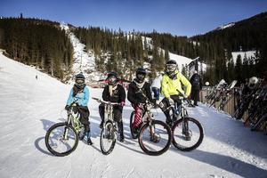 Åre. Downhillcyklister. Ohrey Riders, Märta Olson, Lina Hansson, David Sandberg, Nicklas Bredberg.