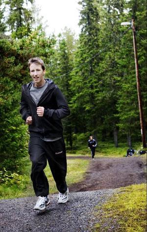 Det var full fart på Jesper Tengström Ros när LT hejdade honom i spåret för en intervju.