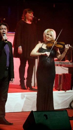 Begåvad och rolig. Linda Lampenuis visar att hon är en världsviolinist under Julkonserten 2008.
