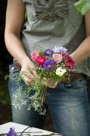 Lite brudslöja lättar upp asterbuketten med sitt skira flor.
