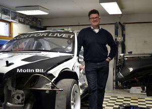 Per-Erik Axehult tillbringar oräkneliga timmar i sitt garage. Allt för att hålla tävlingsbilen i bästa tänkbara kondition.