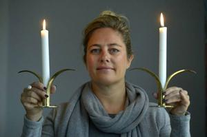 Paula Malm gillar sina klassiska mässingljusstakar, Lilja av Ivar Ålenius Björk, Ystad Metall.Foto: Janerik Henriksson/TT