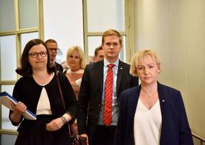 Skolkommissionen har fått i uppdrag av regeringen att utreda hur den svenska skolan kan bli bättre. Under måndagen presenterades det första så kallade delbetänkandet.