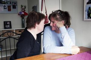 Marie Härjung pratar förtroligt med Eva Stolpe som är habiliterare på Allévägens gruppbostad.