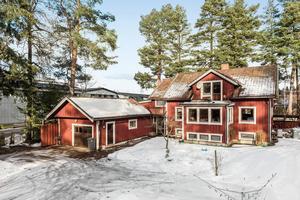 På Repbäcksvägen i Borlänge ligger det här huset med fyra rum som är i behov av renovering.