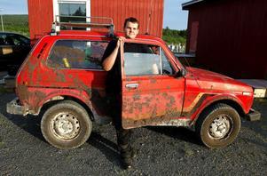 Även kvällens skitigaste bil renderade en pokal. Ägaren Markus Ljus från Söråker hade kört med sin Lada Niva i en hästhage.