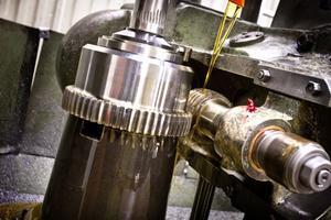 Kuggar av olika slag är vad Rolfs Kuggservice tillverkar. Mycket görs i äldre maskiner som Rolf Bergh köpt in men som fortfarande håller måttet. Men det krävs underhåll och reparationer. Totalt förfogar man över 24 olika kuggmaskiner.