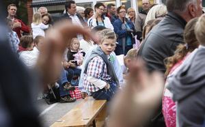 Det blev mycket applåder. Filip Blomkvist väntar på att få inta sin plats på scenen.