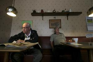 Bordsgrannar. Hans Aldevik (till vänster) och Lasse Wallin (till höger) kommer dagligen till Folkets hus kafé på Järnvägsgatan.