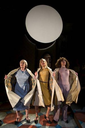 """Monica Stenbeck, Marie Robertson och Marika B Lagercrantz gör alla kvinnliga roller i tyska samtidsdramat """"Oskuld"""".  Foto: Urban Jörén"""