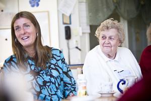 Dietisten Maria Almström Svensson, till vänster, diskuterade näring med vårdtagarna.