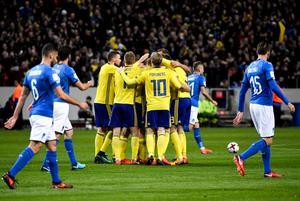 De svenska spelarna jublar efter att Jakob Johansson gjort 1-0 under fredagens VM-kvalmatch i fotboll mellan Sverige och Italien på Friends Arena.Foto: Pontus Lundahl / TT /