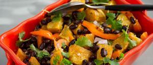 Sötpotatisen trivs bra i kryddstarkt sällskap. Här på bilden syns rostad sötpotatissallad med svarta bönor och jalapeñodressing.