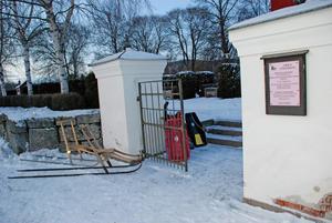 Vinterfordon för alla åldrar stod parkerade utanför kyrkan i Djura på trettondagen.