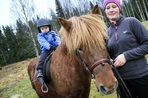 Tor Johansson från Gävle, fick en tur på hästen Hilda. Elin Östberg hjälpte till.