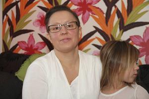 Anneli Jussi med dottern My. Hon säger att försäljaren satte surfplattorna i händerna på döttrarna.