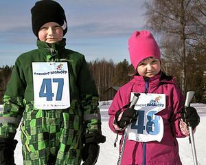 Syskonen Axel och Anna Östergårds körde Sportlovsloppet. Anna var en av de yngsta åkarna och hon var en av de tappra kämparna.