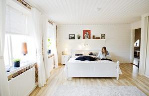 Gert och Jennys sovrum är mycket stort och består av två rum som slagits ihop.