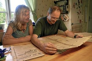 Tillbakablick. Ann-Sofie och Knut Godø tycker det är intressant att se hur tidningen skrev för 100 år sedan.