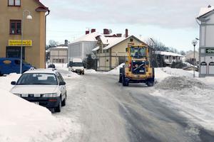 Kommunen har inte tillräckligt med pengar för att underhålla vägarna. Årets snöröjning har redan spräckt budgeten.
