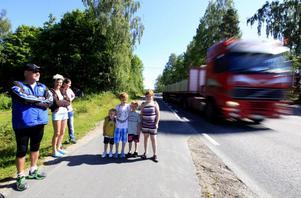Annelie Linander och Therese Hellström i Berg vågar inte låta barnen gå över vägen själva.