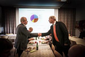 Bo Andersson chefsekonom vid Post- och telestyrelsen hälsar på Erik Magnusson till vänster, från Pilgrimstad när Gimdalen bjöd in för att berätta om fiberresan.