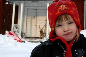 Min härliga o busiga dotter Julia är ute och leker i snön.