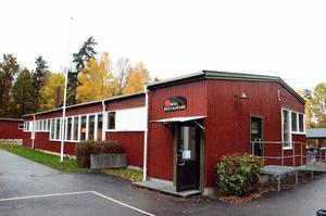 Matsalen på Tulpanens skola. Den omfattande vattenläckan i krypgrunden gör att matsalen stängs för reparation.