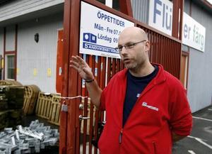 Drabbad. Roger Schröder, butikschef på Sandvikens Trävaru AB, berättar att offerterna har minskat de senaste veckorna som en följd av att byggarna har mindre att göra.