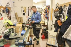 Håkan Norlander står i verkstaden på flygplatsen och sågar till en liten plåtbit. Han jobbar som elektriker för Svedavia.
