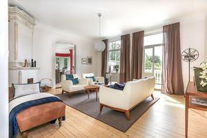 Lägenheten har en rynmlig hall, stort kök med matplats samt sovrum med kakelugn.