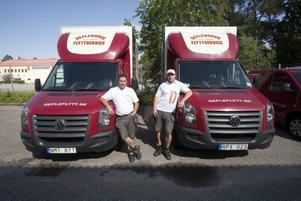 Henrik Wigren och Ola Claesson vid varsin bil. Bägge är överens om att ordning och reda och god kvalitet är ledorden för att lyckas i flyttbranschen.