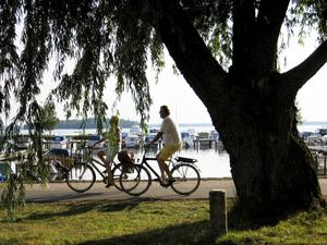 Ute och cyklar. Cykling kan inte vara det enda prioriterade området för tekniska nämnden, anser debattörerna.foto: yngve fredriksson/VLT:s arkiv