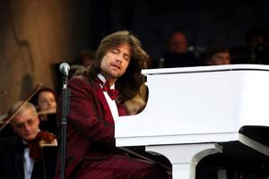 Robert Wells var först ut att göra konsert på Norrporten arena med sin långkörare Rhapsody in rock. När den flinka pianisten med den långa manen gjorde första uppträdandet hette arenan dock fortfarande Sundsvall park arena. Något den skulle göra ända fram till 2006 då det nuvarande namnet togs i bruk.