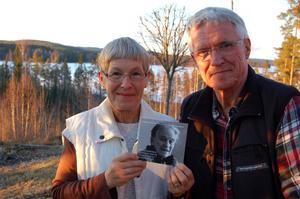 Kerstin Adler och Olav Nordén håller upp skivan