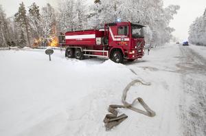 Räddningstjänsten från Hammerdal och Strömsund kämpade hela förmiddagen med villabranden i Grenås.